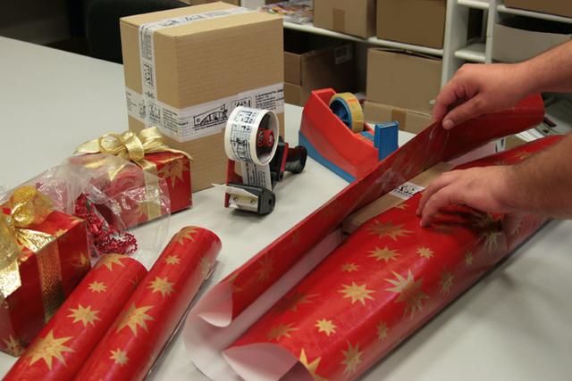 fullservice zu weihnachten lassen sie ihr werbemittel ihr geschenk von uns festlich verpacken. Black Bedroom Furniture Sets. Home Design Ideas